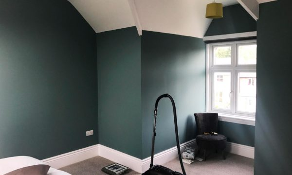 Painted bedroom using bold period colours
